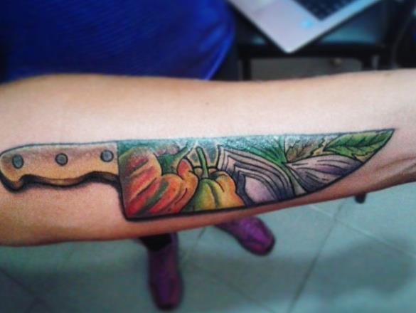 Татуировка ножа с тенью на предплечье