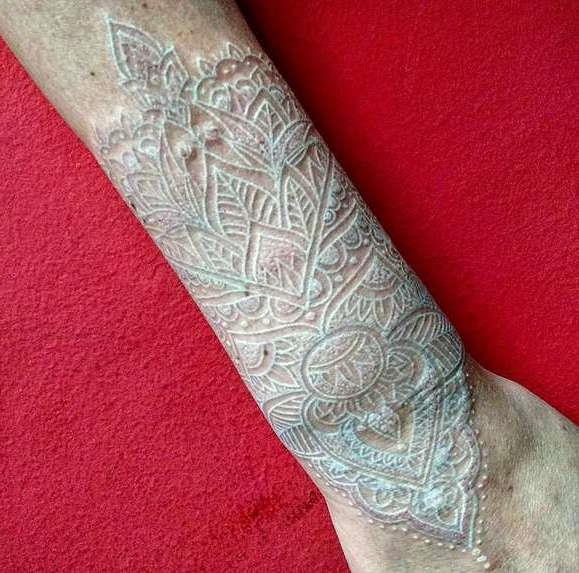 Татуировка в белом цвете на предплечье
