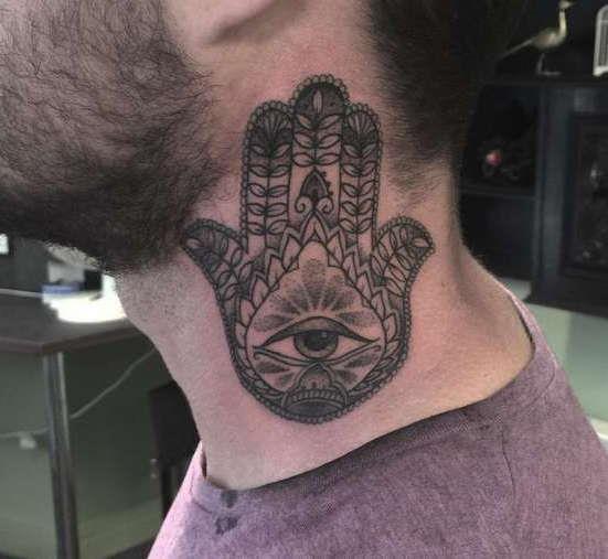 Гора глаз и рука в виде узора на шее