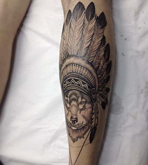 Волк в индейском стиле на плече