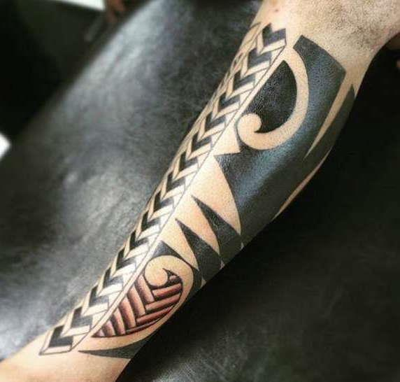 Тату на ноге в полинезийском стиле