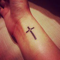 Тату крест на запястье