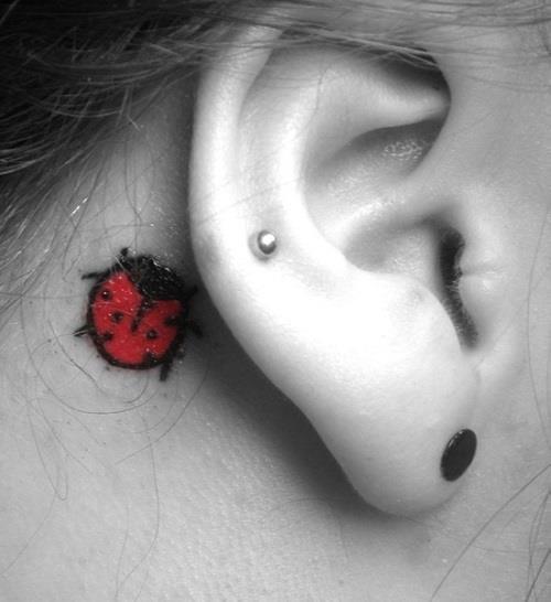 Маленькие татуировки за ухом для девушек