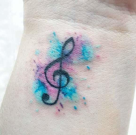 Татуировка скрипичного ключа, совмещенного со стилем акварель