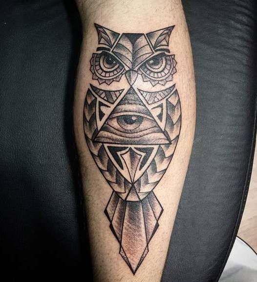 Сова и гора глаз в виде узора татуировки на ноге