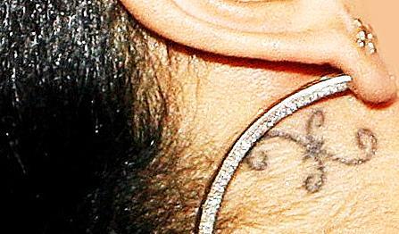 Татуировка Рианны за ухом