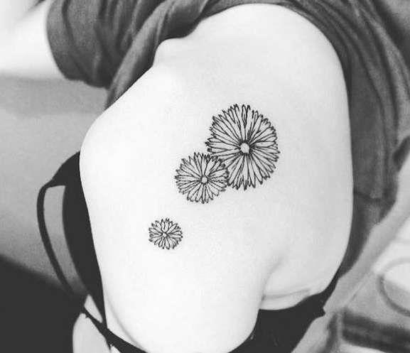 Три цветка, нарисованные ручкой на лопатке