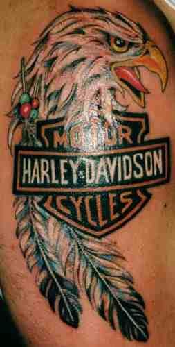 Байкерская татуировка с эмблемой Harley-Davidson