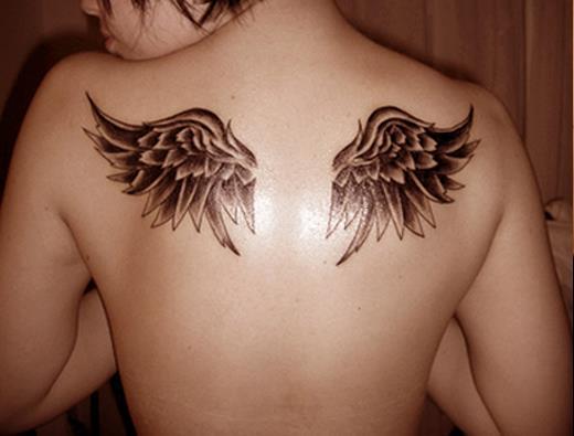 Крылья на спине девушки
