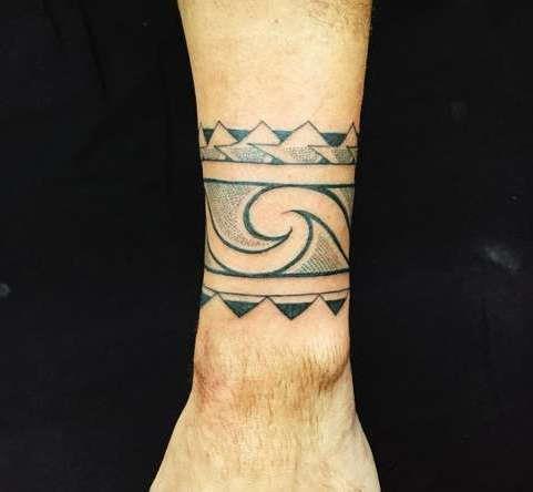 Полинезийский браслет на запястье