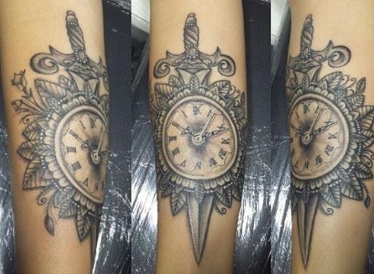 Татуировка нож с цветами