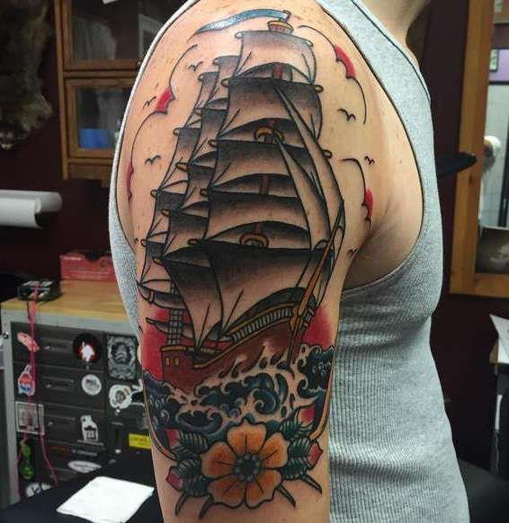 Цветной корабль на плече