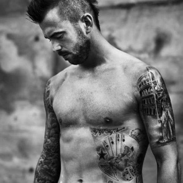 Стивен Дефур с татуировками