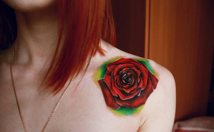 Женская татуировка роза на плече