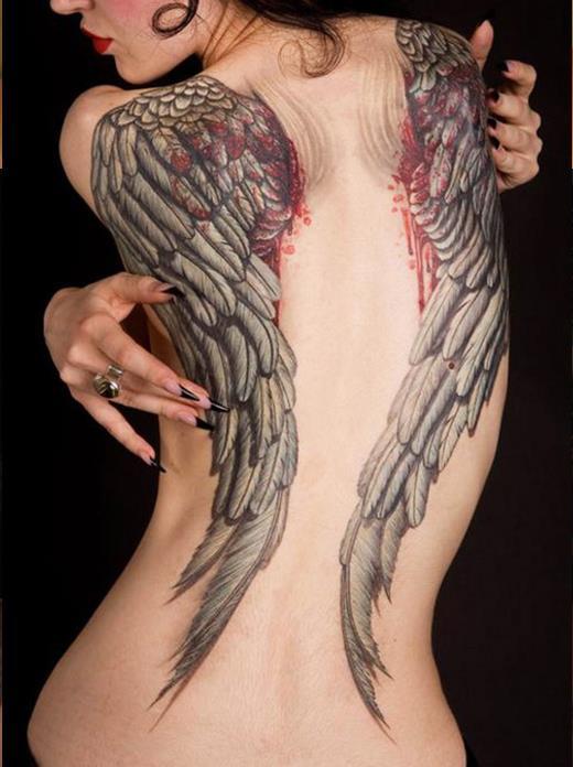 Большая татуировка в виде крыльев