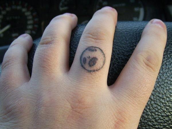 Маленькая рожица на пальце