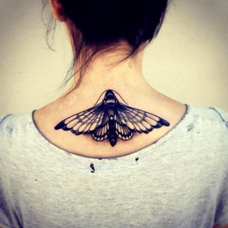 бабочка тату на шее