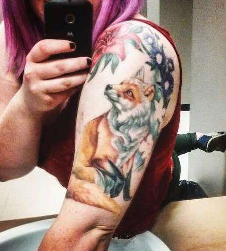 Лиса с узором из цветов на плече девушки