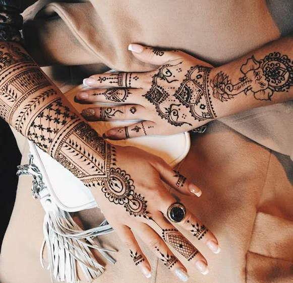Временные татуировки в виде узоров на руках
