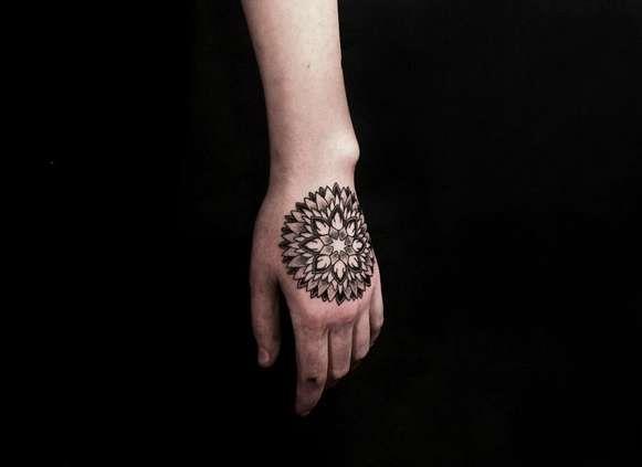 Красивый узор в виде татуировки на руке девушки