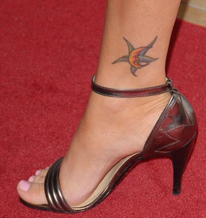 Меган Фокс.Цветная татуировка c изображение пятиконечной звезды, которую перекрывает полумесяц.