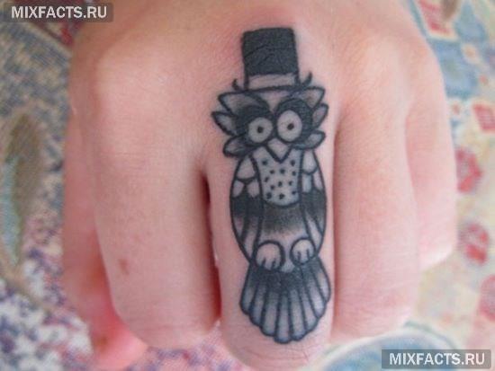 татуировка сова на пальце