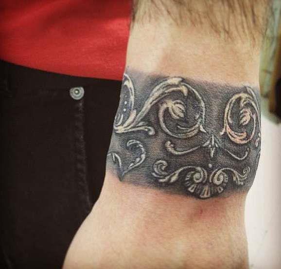 Татуировка на запястье в виде браслета с узором