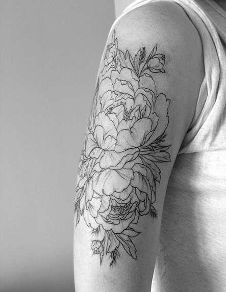 Татуировка пион на плече парня, очертания