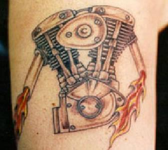 Байкерская татуировка с эмблемой мотора в-твин