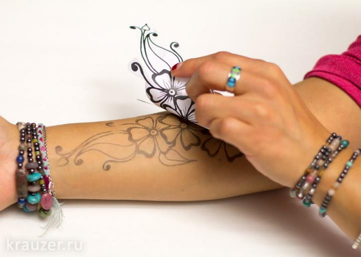 Трафарет достаточно приложить к коже и на ней отпечатается будущий орнамент