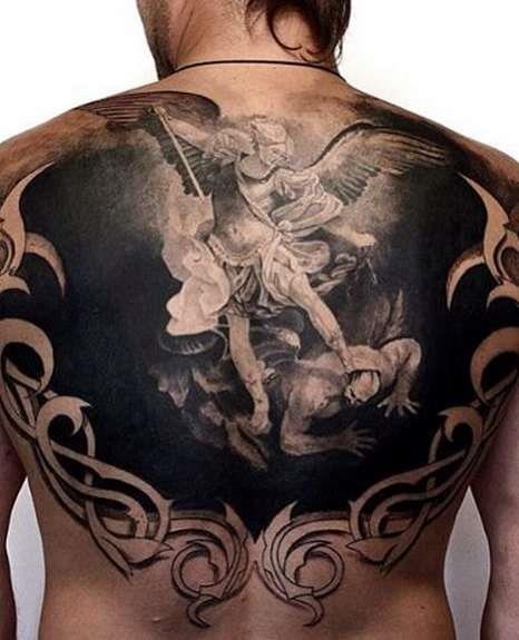 Архангел Михаил в виде русской татуировки на спине парня