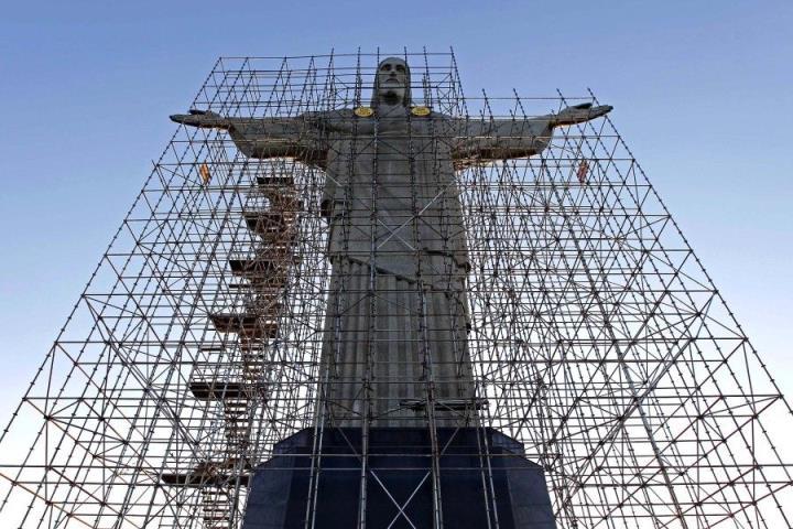 Реставрационные работы над статуей