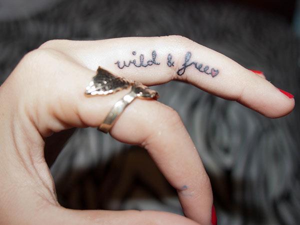 Вдохновляющая цитата на пальце