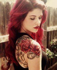 Женская татуировка розы на плече