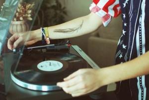 перо на руке (5)