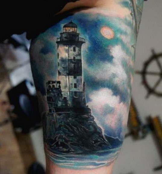 Цветная татуировка маяка на руке