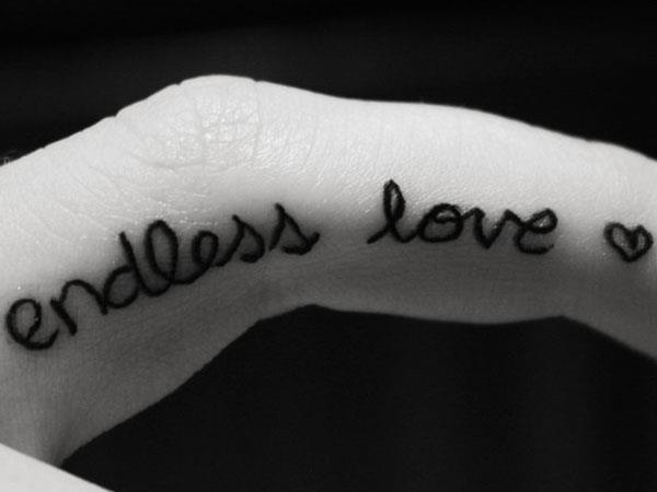 Любовная надпись на пальце