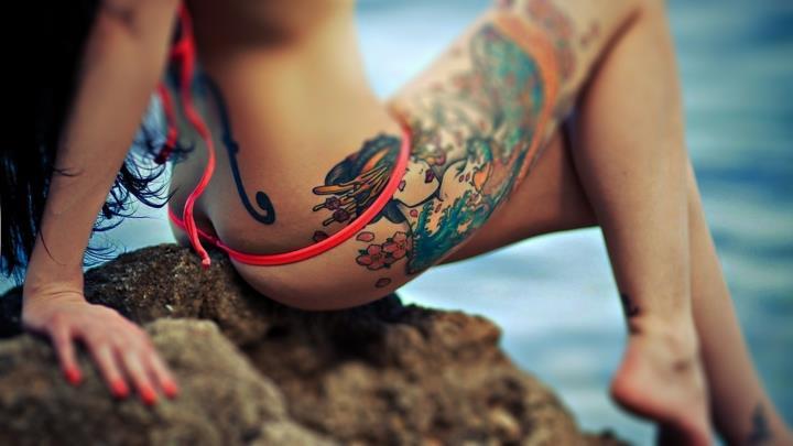 цветное тату женское на ноге