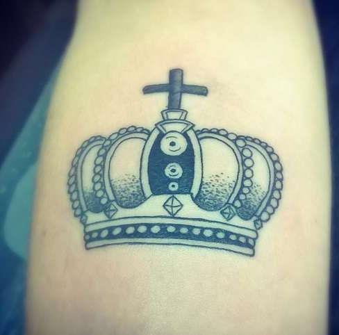 Корона с крестом на руке
