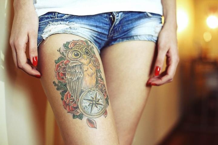 цветное тату на ножке у девушки сова