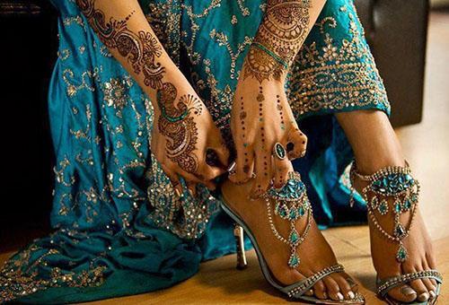 Индийская женщина с браслетами на ногах