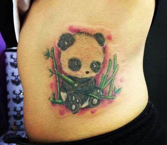 Маленькая панда с ветками