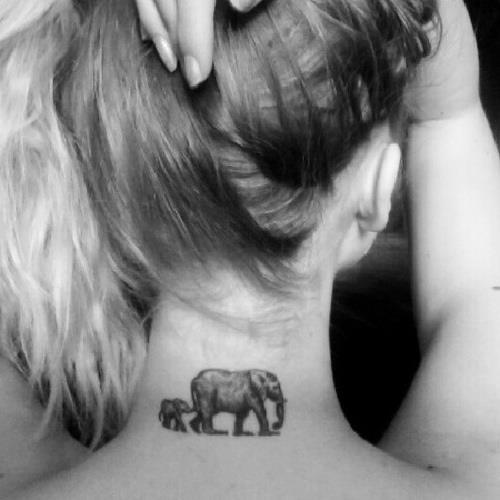Татуировка двух слонов на шее