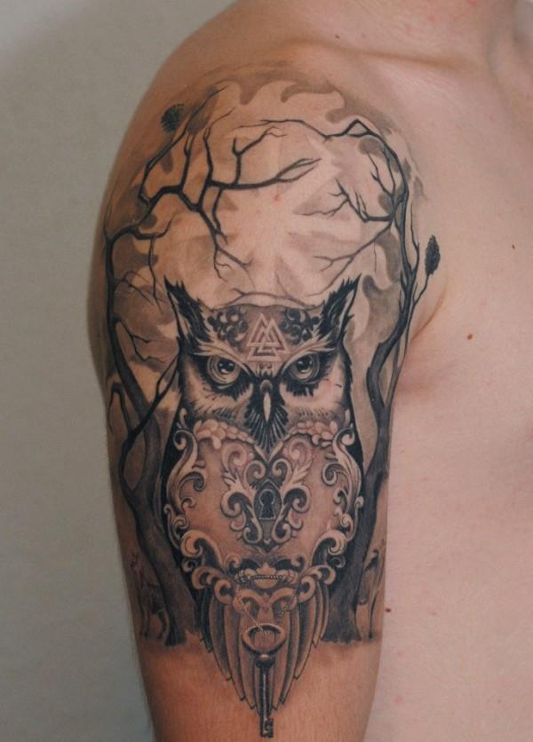Татуировка сова у мужчины