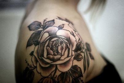 Татуировка роза у девушек