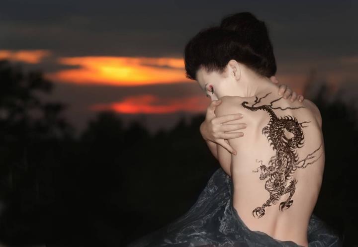 Женская татуировка дракон на спине