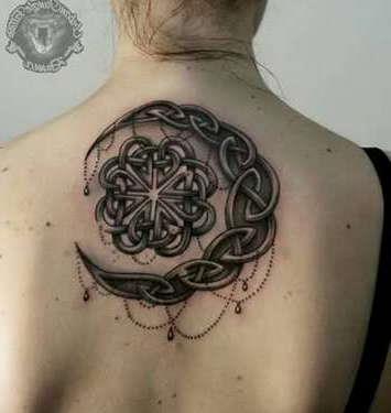 Мусульманская татуировка месяца в кельтском стиле