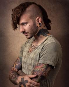 Мужчина с татуировкой крест на руке