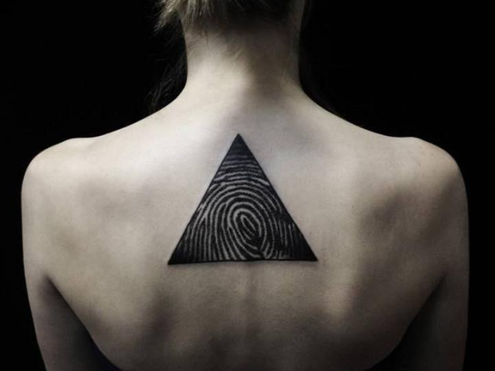 Тату треугольник у девушек