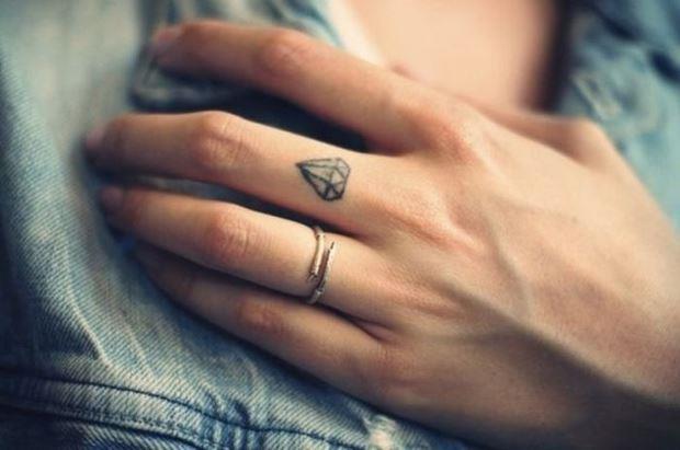 Маленькая тату на пальце